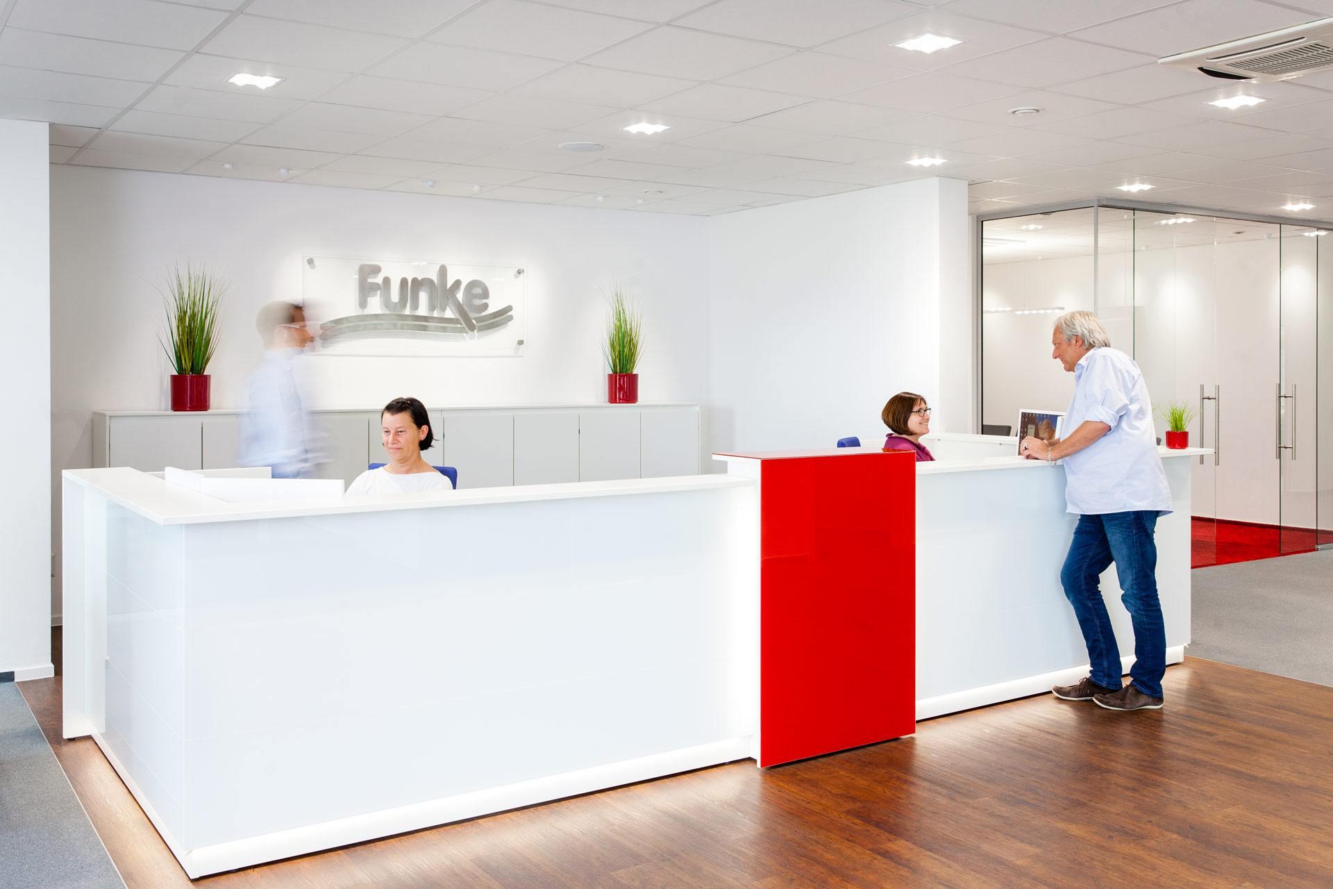 Team Funke heißt Sie im einladenden Empfangsbereich willkommen